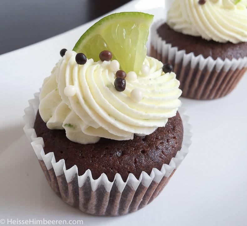 Limetten Cupcakes mit einer Limettescheibe als Deko