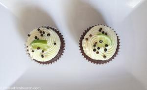 Zwei Limetten Cupcakes auf einem weißen Teller von oben