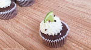 Ein Limetten Cupcake auf einem Holzbrett