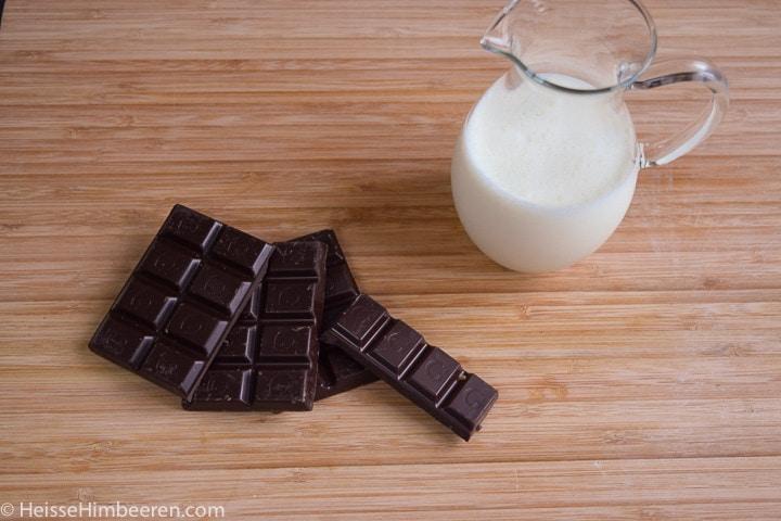 Milch und Schokolade auf dem Tisch