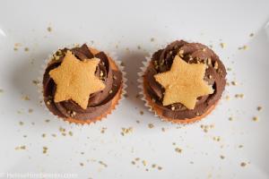 Zwei Marzipan Cupcakes auf einem Teller von oben
