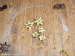 Pistazien Plätzchen auf einem braunen Hlzbrett