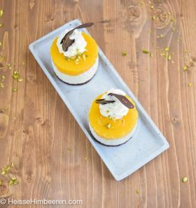 Zwei Mangotörtchen auf einem länglichen Teller