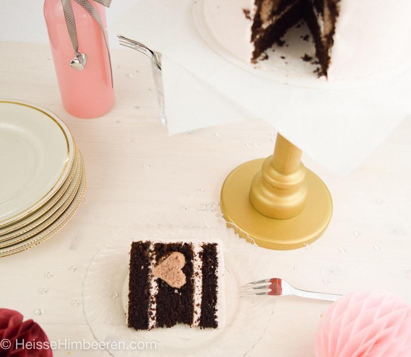 Ein Stück der kleinen Himbeertorte auf einem Teller mit Gabel