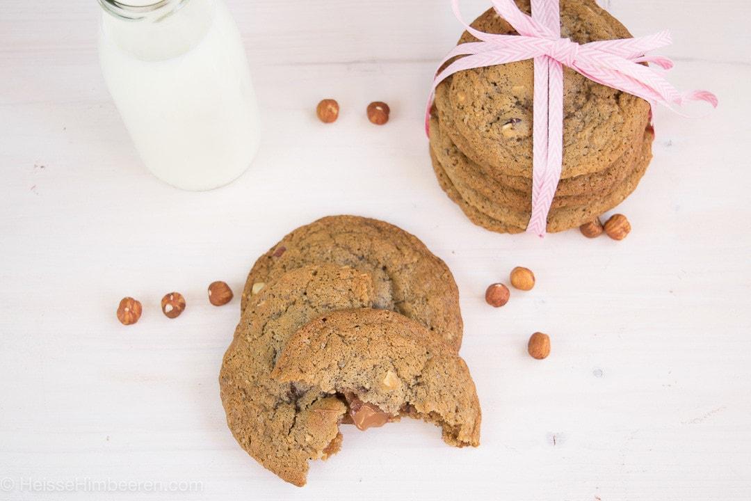 Nougat Cookies mit weicher Füllung. Im Hintergrund sind die Cookies mit Geschenkband umwickelt