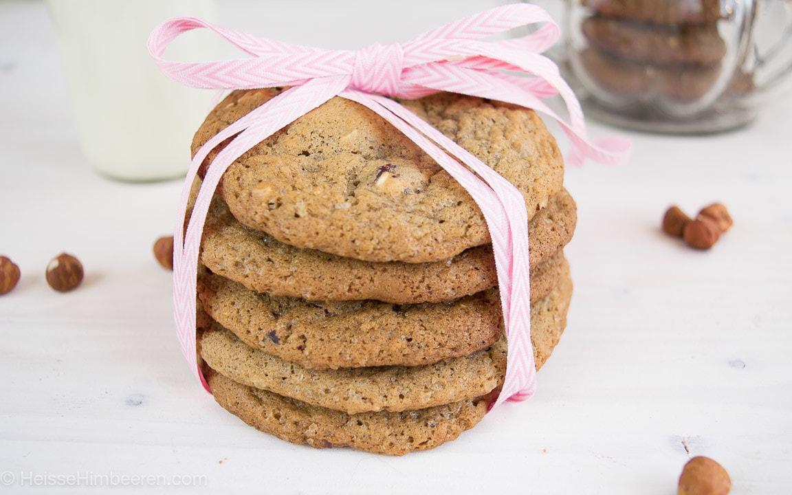 Nougat Cookies gestapelt und verpackt als Geschenk