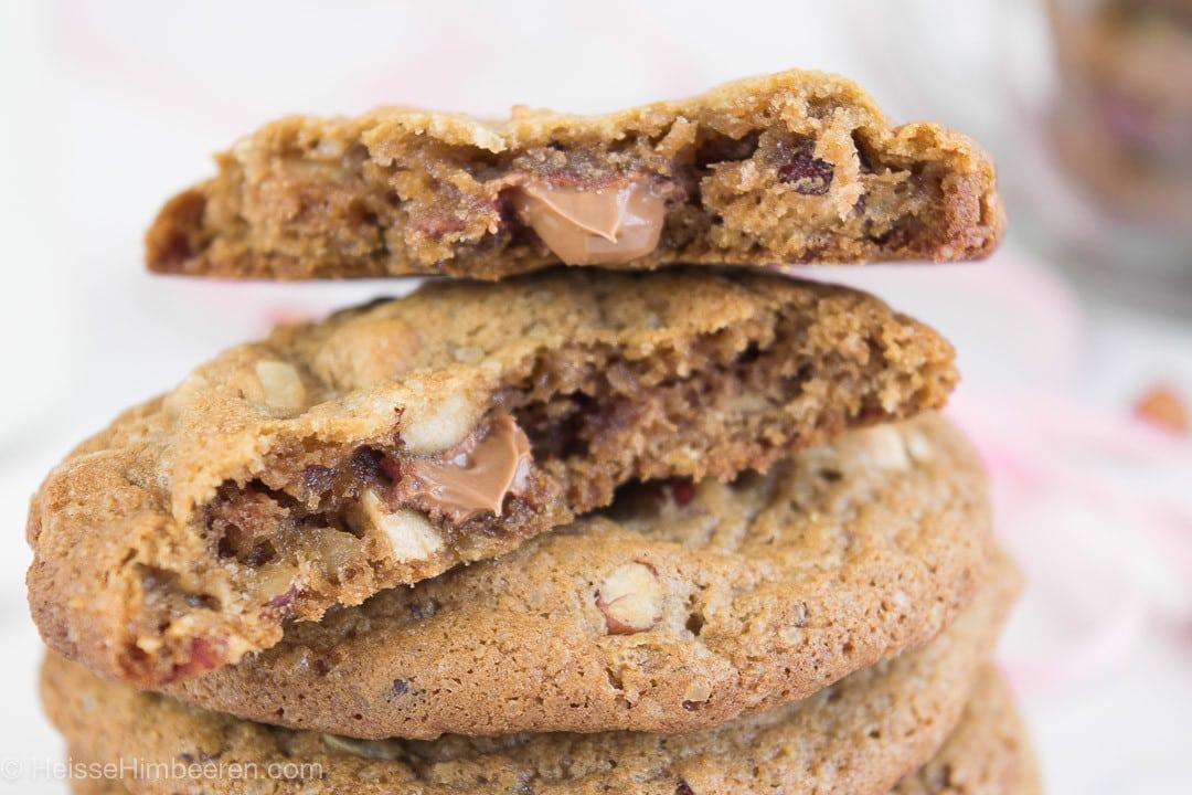 Nougat Cookies mit weichen Kern. Man sieht das flüssige Nougat im Cookie