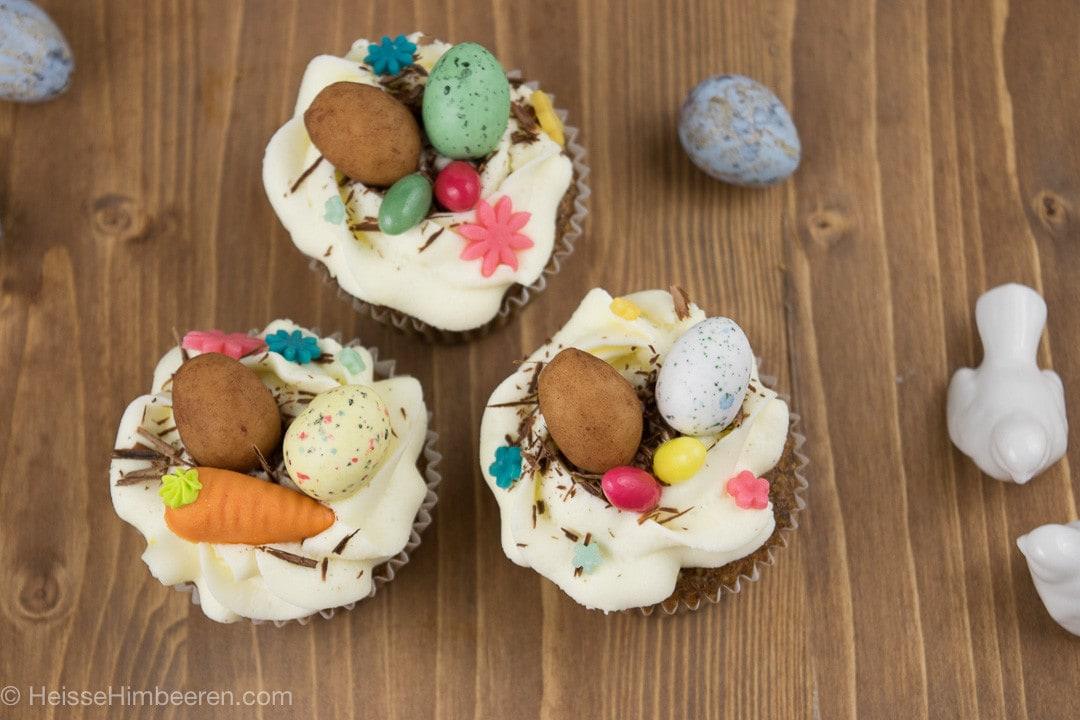 Oster Cupcakes auf einem Holztisch