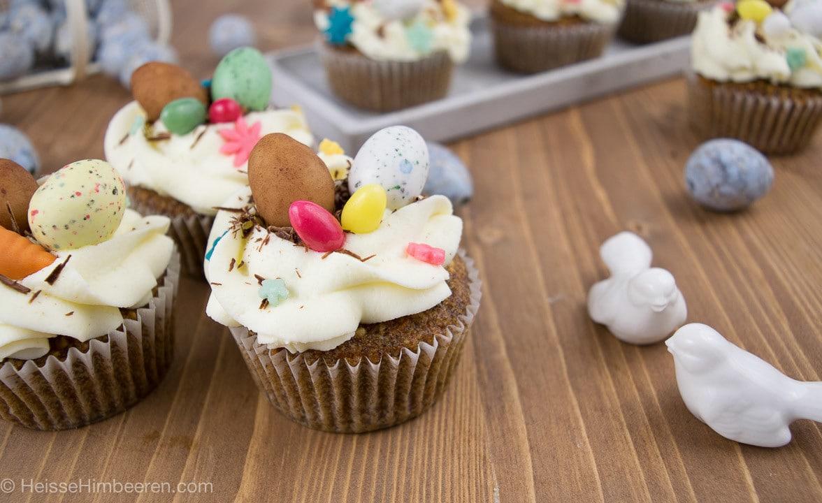 Oster Cupcakes auf einem Tisch