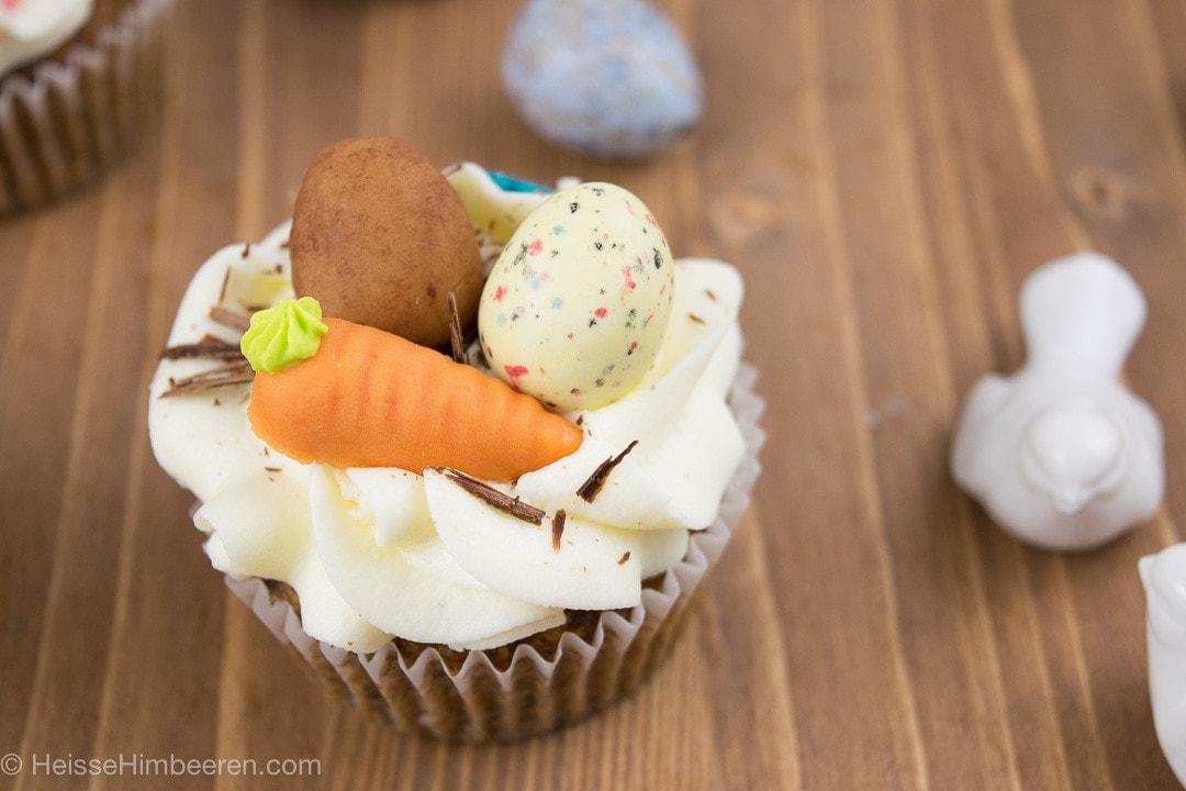 Zwei Eier und eine Möhre aus Marzipan auf den Cupcakes