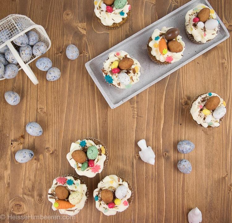 Ein österlich dekorierter Tisch mit Oster Cupcakes