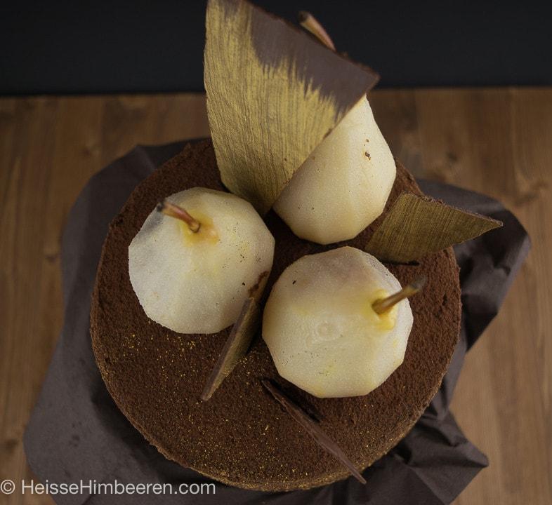 Drei Birnen und Schokosplitter auf der Birnentorte mit Schokosahne