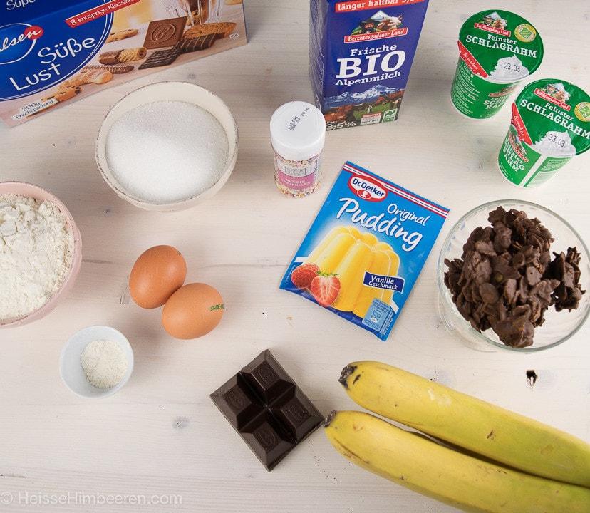 Die Zutaten der Bananensplit Torte auf einem Tisch