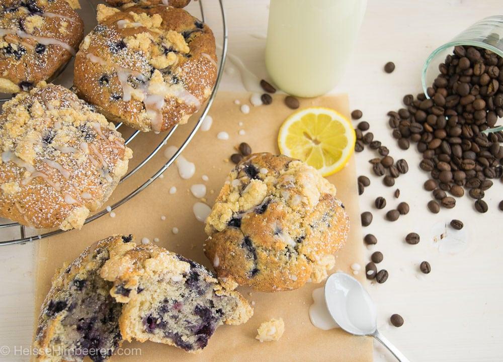 Blaubeer Muffins mit Buttermilch Streusel auf einem Tisch