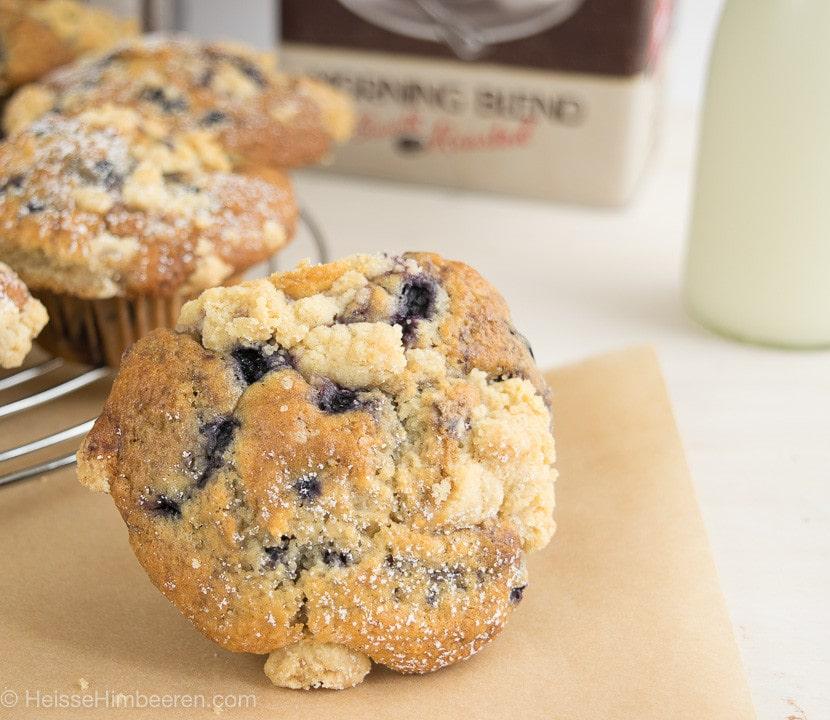 Blaubeer Muffins mit Buttermilch Streusel auf Backpapier