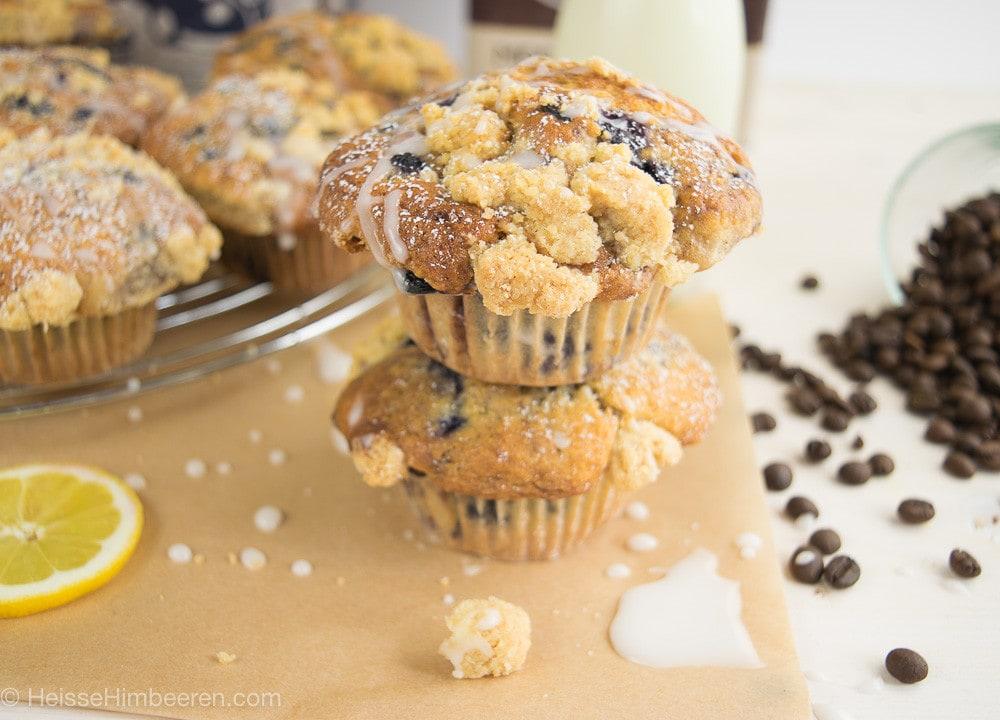 Zwei Blaubeer Muffins mit Buttermilch Streusel gestapelt