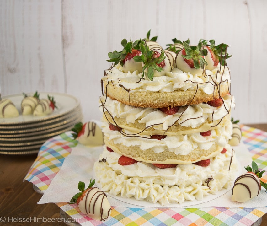 Eine Erdbeertorte mit weißer Schokolade auf dem Tisch