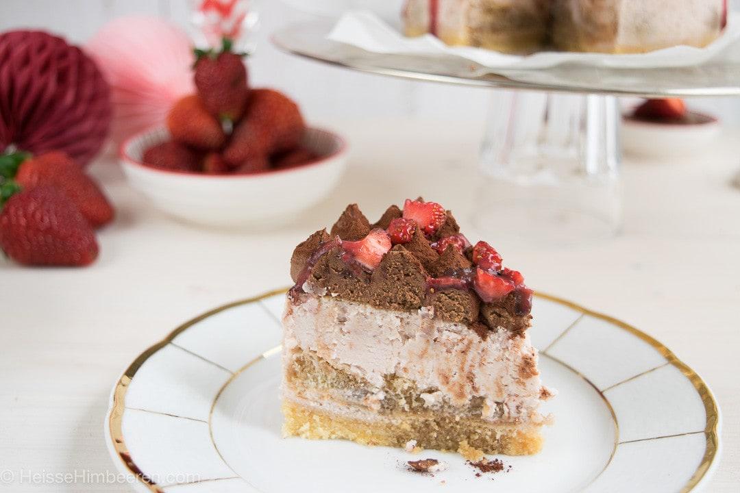 Ein Stück Tiramisu Cheesecake auf einem Teller mit Goldrand