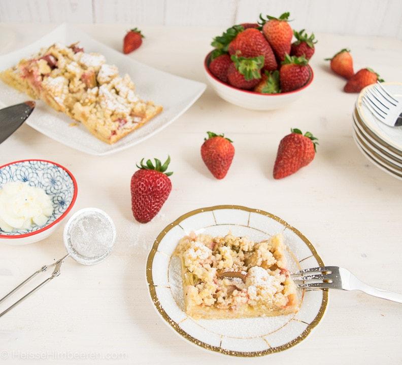 Ein Stück Rhabarberkuchen auf einem Teller mit Goldrand