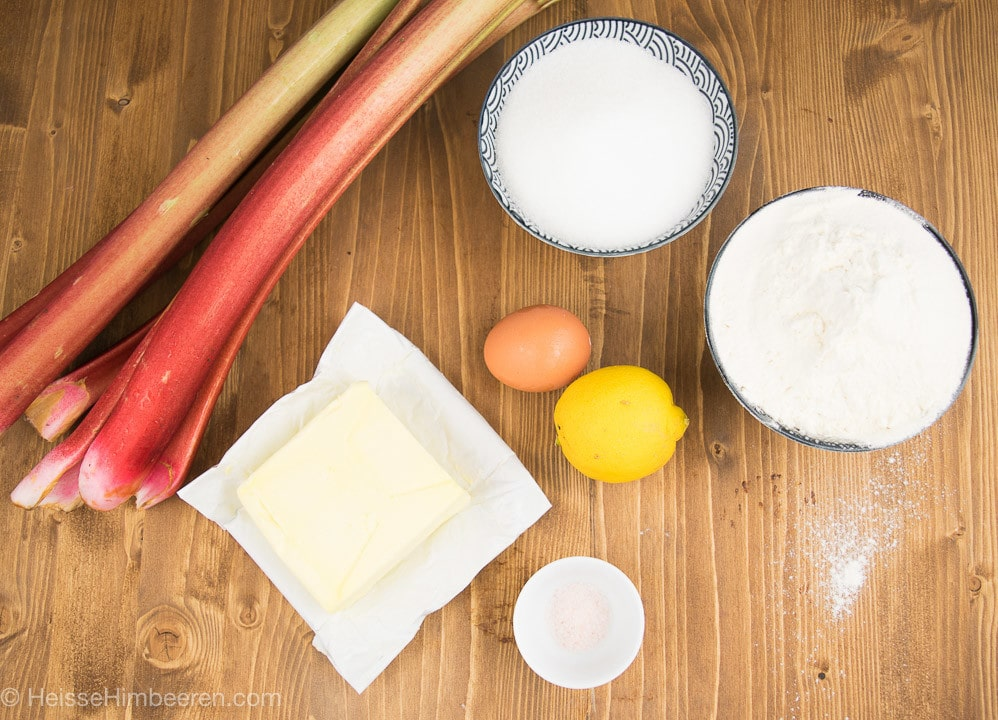 Die Zutaten für den Rhabarberkuchen von oben