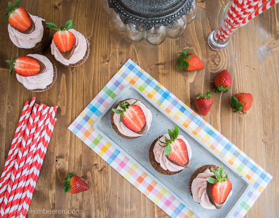 Erdbeer Cupcakes von oben auf einem länglichen Teller
