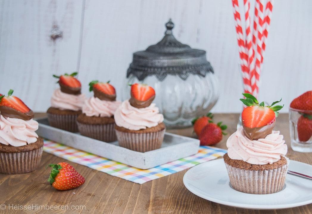 Viele Erdbeer Cupcakes auf einem Holztisch