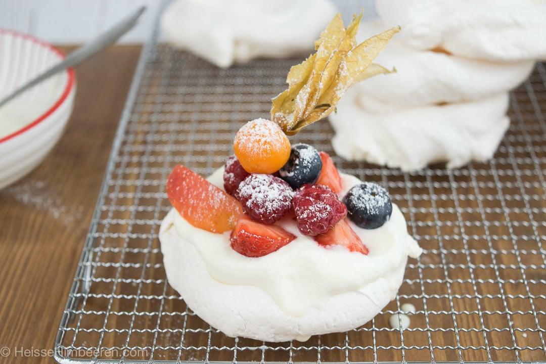 Eine Mini Pavlova auf einem Kuchengitter