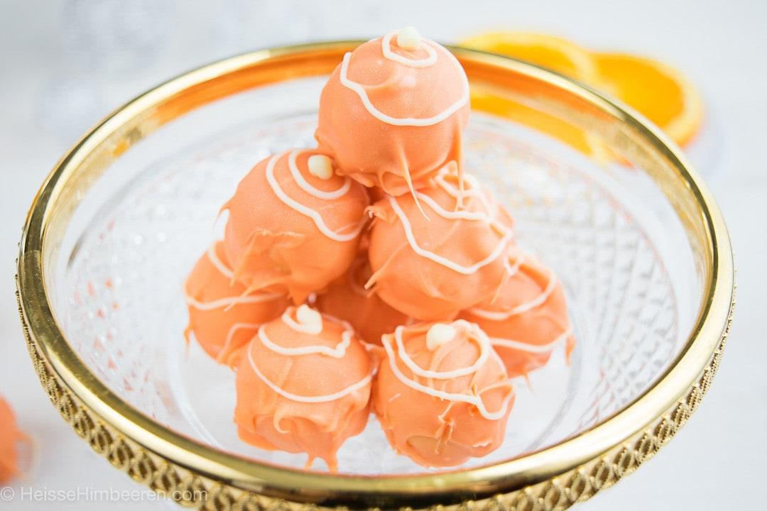 Eine Schale mit Campari Orange Pralinen