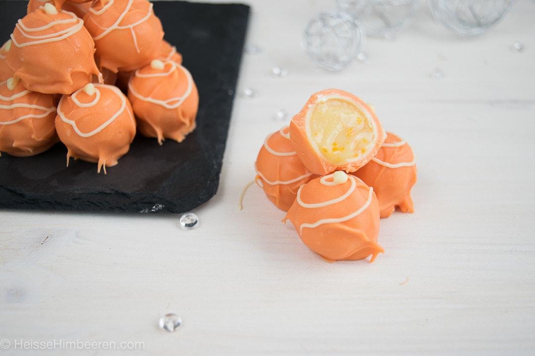 Eine angeschnittene Praline. Man sieht die Campari Orange Pralinenfüllung