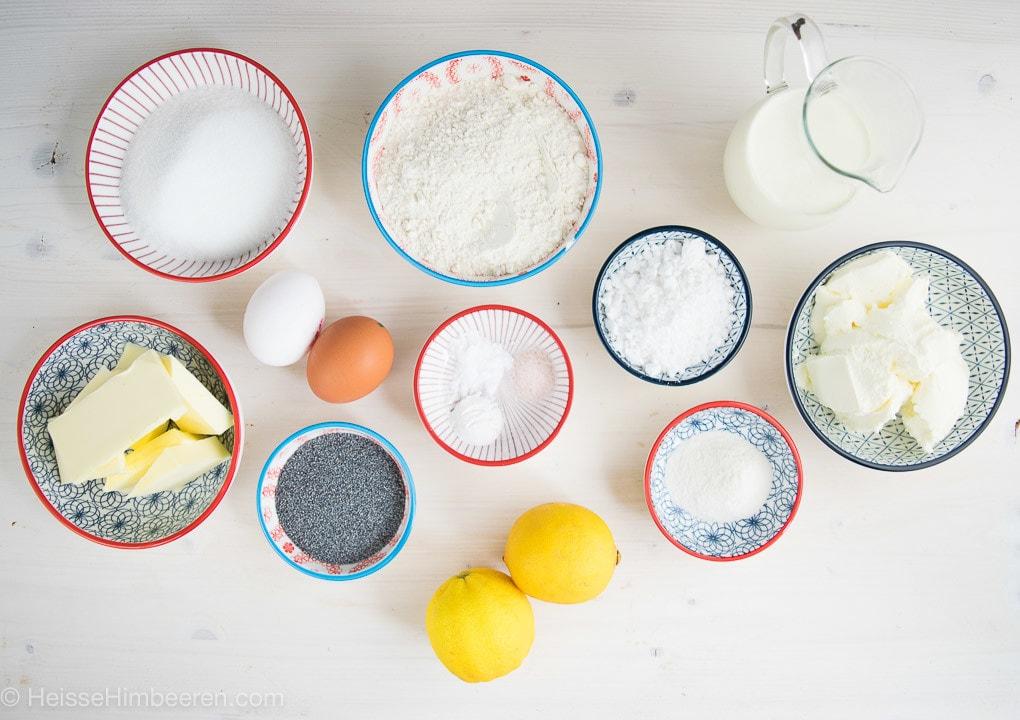 Die Zutaten für die Cupcakes. Man sieht Mohn, Zitronen und viele weiteren Zutaten