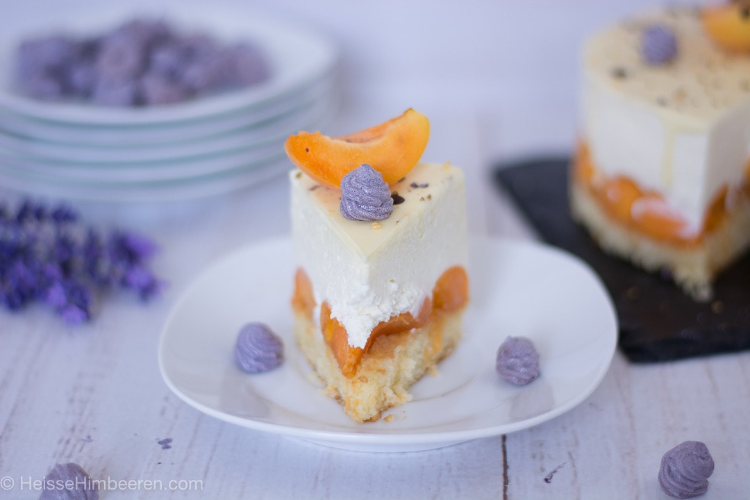Ein Stück Aprikosentorte auf einem Teller