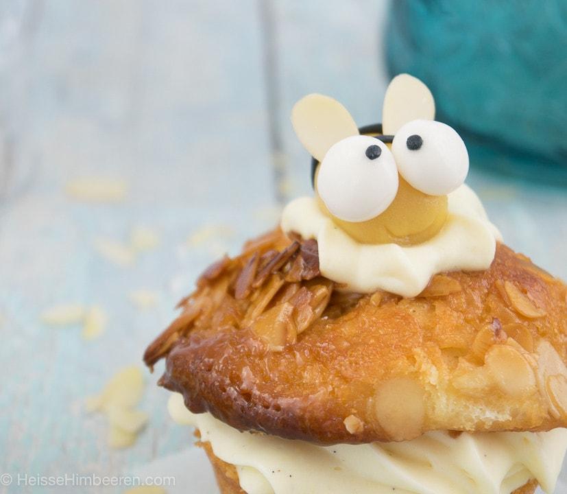 Ein Bienen Muffin mit einer Marzipanbiene