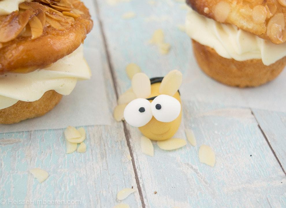 Eine Marzipan Biene neben Muffins