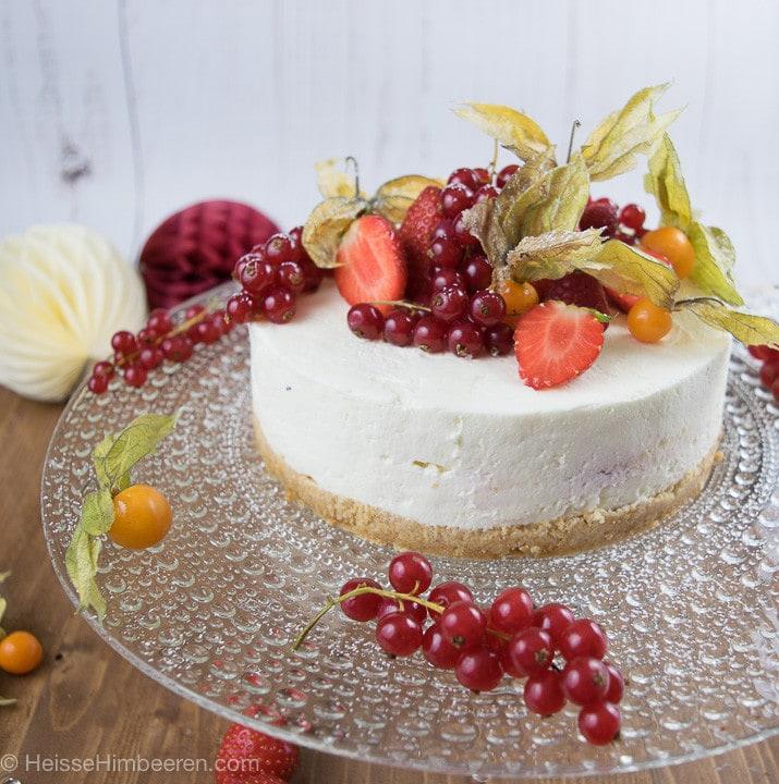 No bake Cheesecake mit ganz vielen Früchten auf dem Kuchen