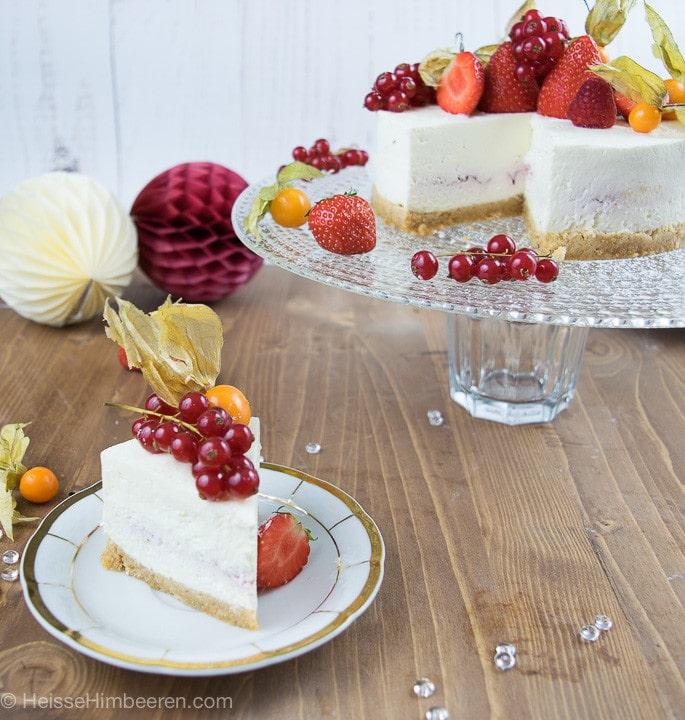 Ein angeschnittener no bake Cheesecake mit einem Stück Cheesecake auf einem goldenen Teller