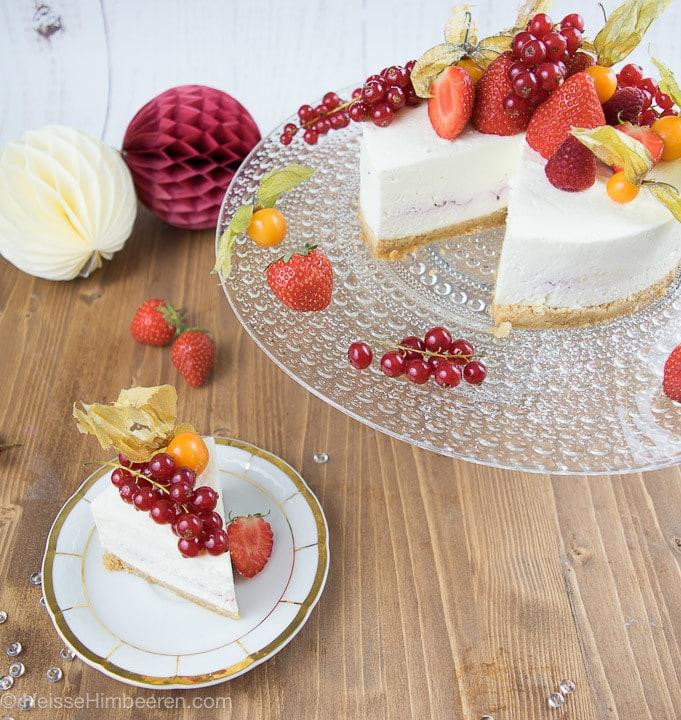 Ein No bake Cheesecake ganz in weiß. Nur die Früchte auf dem Kuchen strahlen in der Farbe