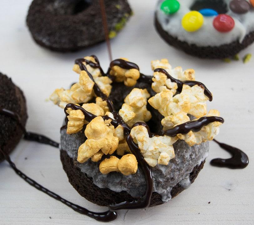 Ein Donut mit Popcorn und Schokoladen Topping