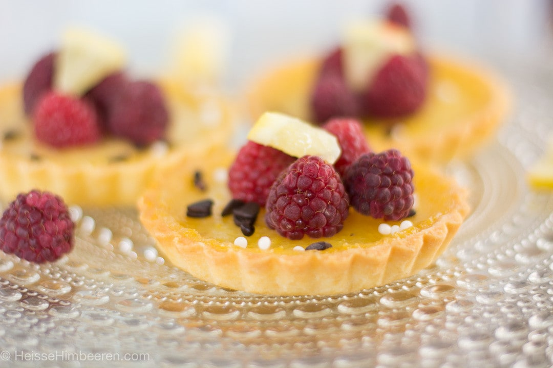 Zitronen Tartelettes mit Himbeeren und Schokostückchen