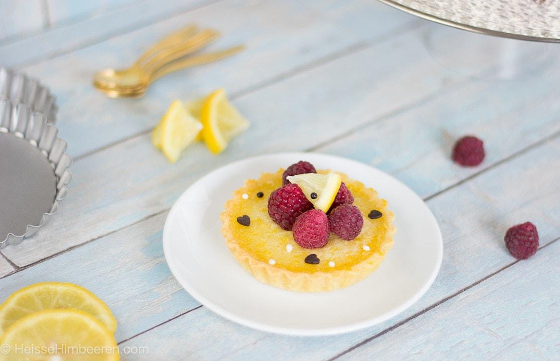 Ein Zitronen Tartelette auf dem Teller