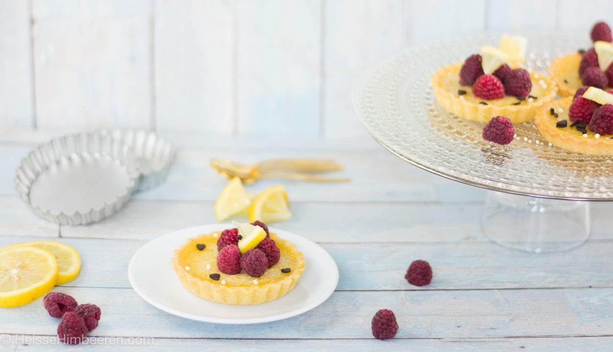 Zitronen Tartelettes auf einem Teller
