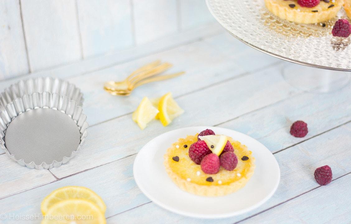 Ein Tartelette aus Zitronen auf einem Tisch