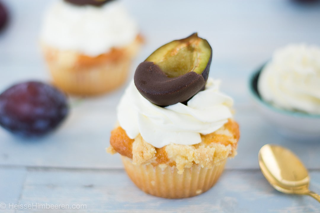 Eine Pflaume mit Schokolade auf einem Zwetschgendatschi Muffin