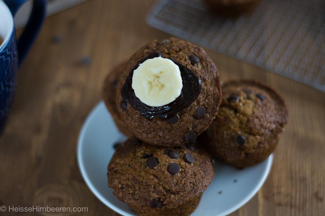 Im Fokus eine Bananenscheibe auf dem Schoko Muffin