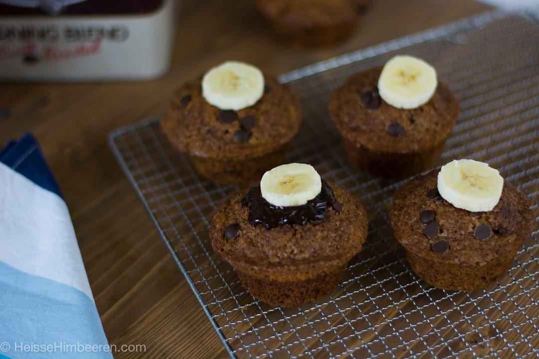 Saftige Schoko Bananen Muffins auf einem Kuchengitter