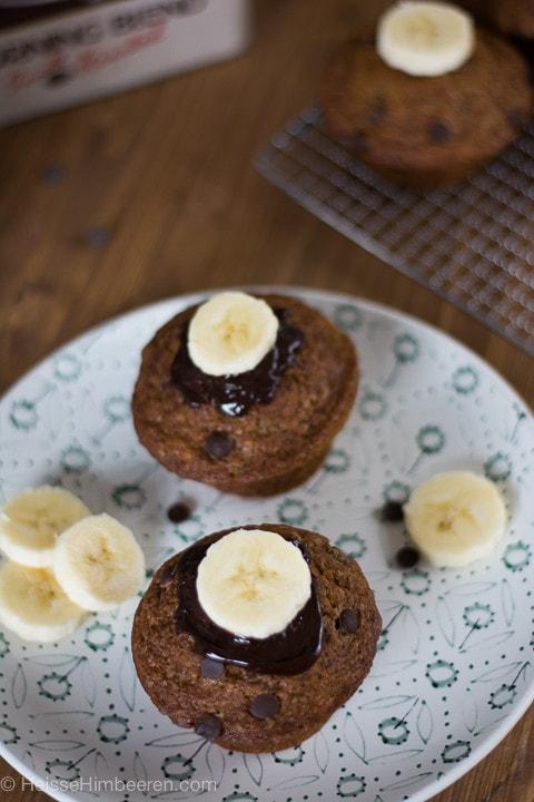 Eine Banenscheibe liegt auf einem Schoko Bananen Muffin