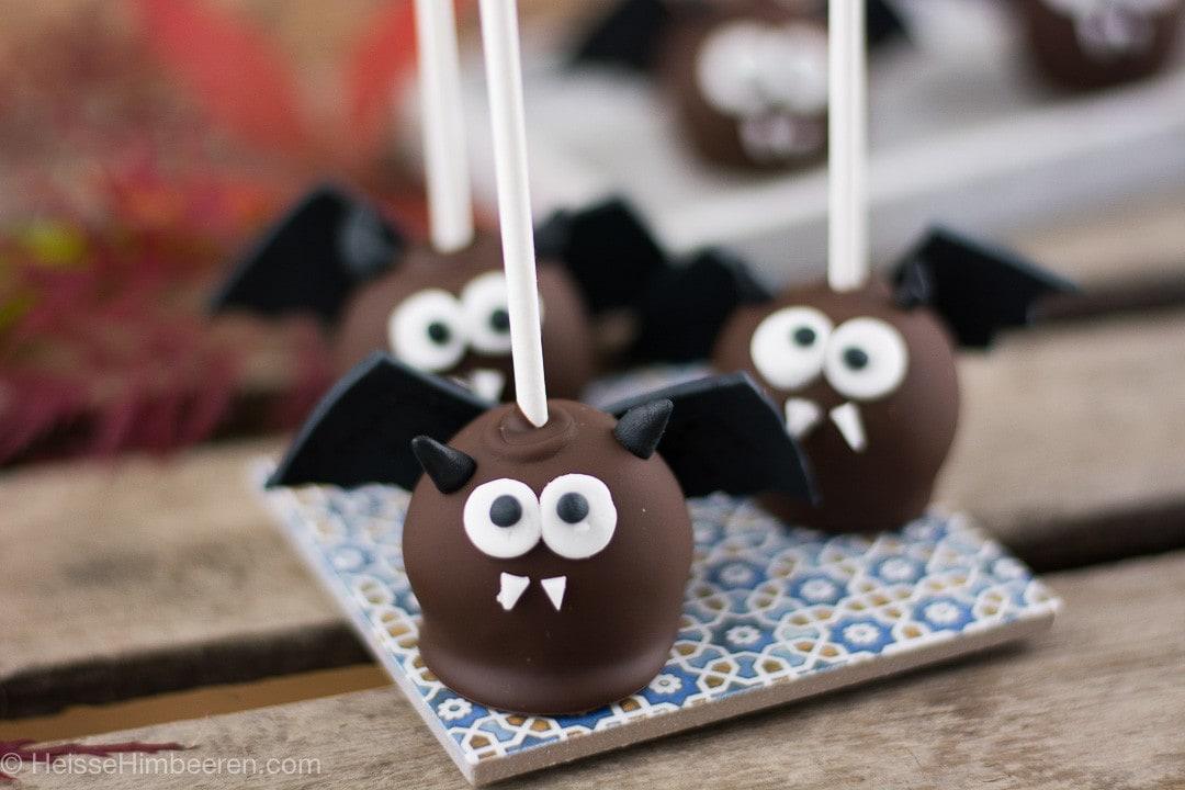 Drei Fledermaus Cake Pops mit großen Augen schauen ins Bild