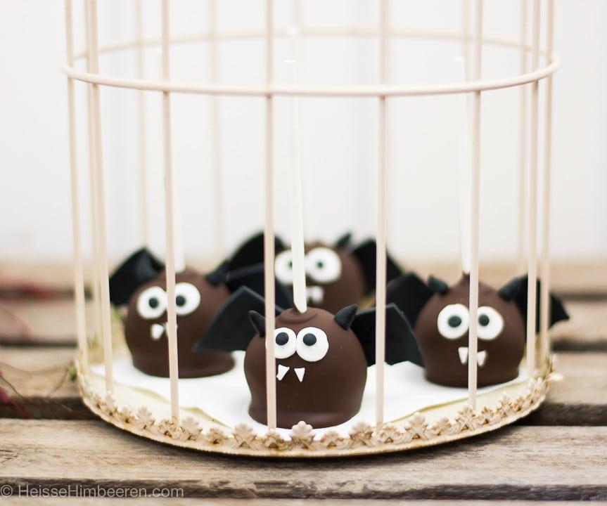 Fledermaus Cake Pops zu Halloween in einem Käfig