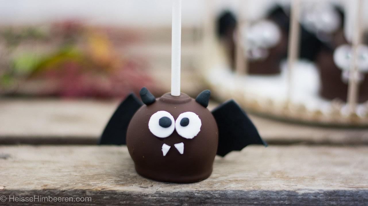 Ein Cake Pops mit großen Augen, zwei Zähnen und Flügeln