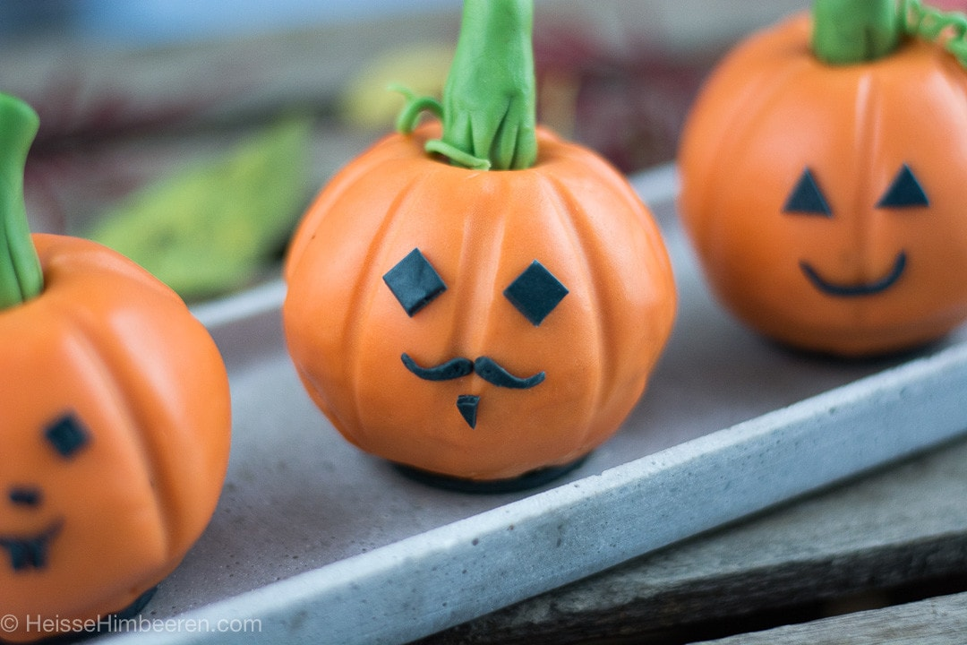 Halloween Gebäck als Kürbis mit lustigen Gesichtern
