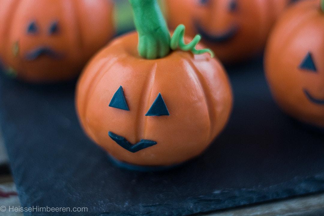 Halloween Gebäck auf einer schwarzen Platte